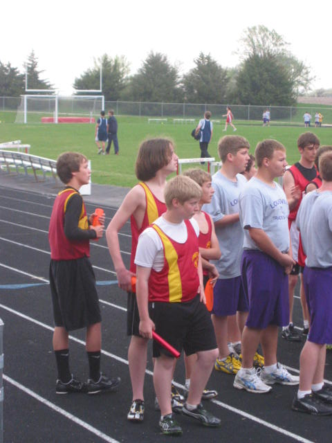 2010-04-15_Boys_relay_waits_their_start